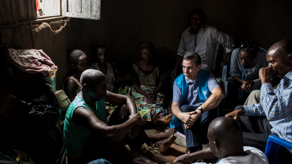 UNHCR's Special Advisor on Internal Displacement Steven Corliss talks with internally displaced people.