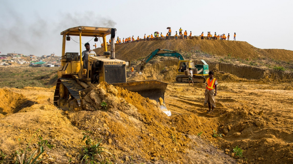 Levelling work gets under way in a 123-acre site west of the current boundary of Kutupalong refugee settlement, in a project backed by UNHCR, IOM and WFP.