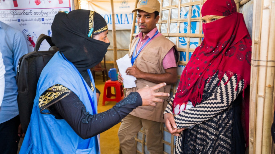 Nur Bahar, 30, a UNHCR Community Outreach Member, counsels Shamshidah at an Information Point in Kutupalong refugee settlement.