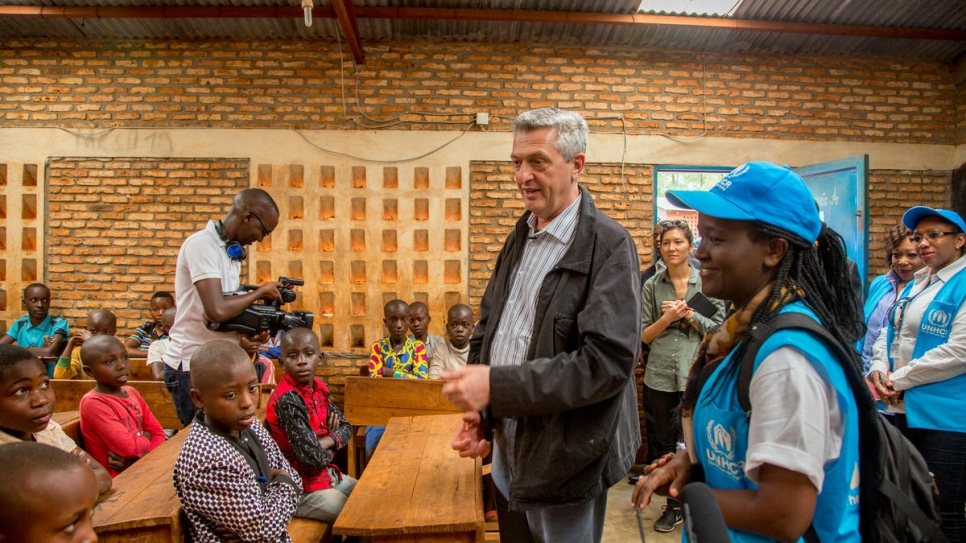 Filippo Grandi talks with Congolese refugee children at a school in Musasa refugee camp in northern Burundi.