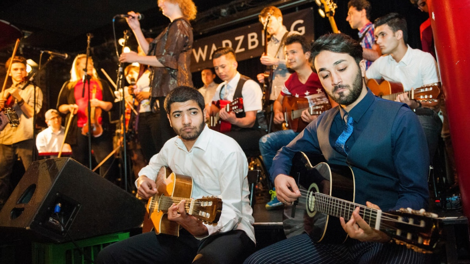 The first Unisono joint concert featuring refugees and music students gets under way at the Schwarzberg music pub in Vienna.