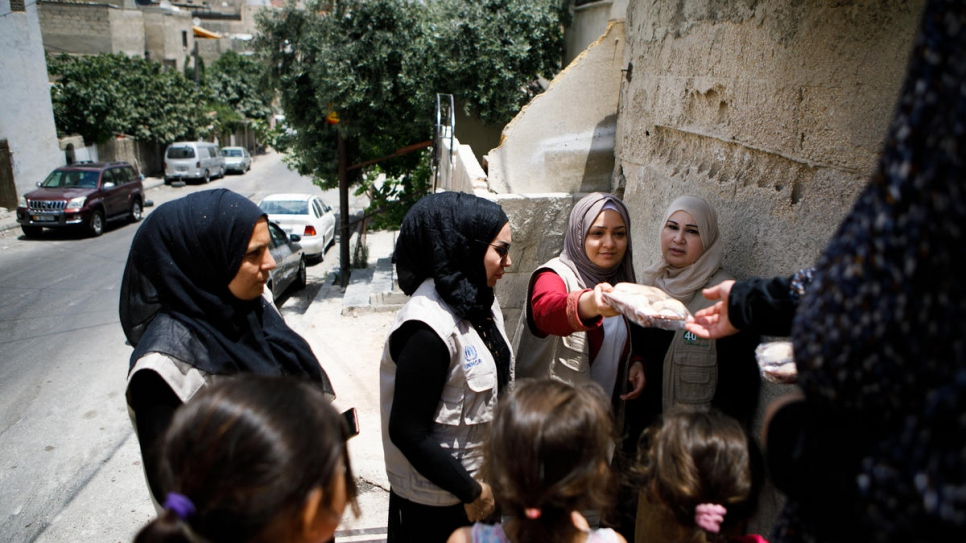 UNHCR refugee volunteers delivered ma'moul to needy families in Amman, Jordan.