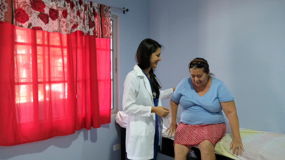 Resident physician Karina Ugarte treats a patient at the UNHCR-backed Holy Trinity Comprehensive Support Centre in Chamalecón, San Pedro Sula.