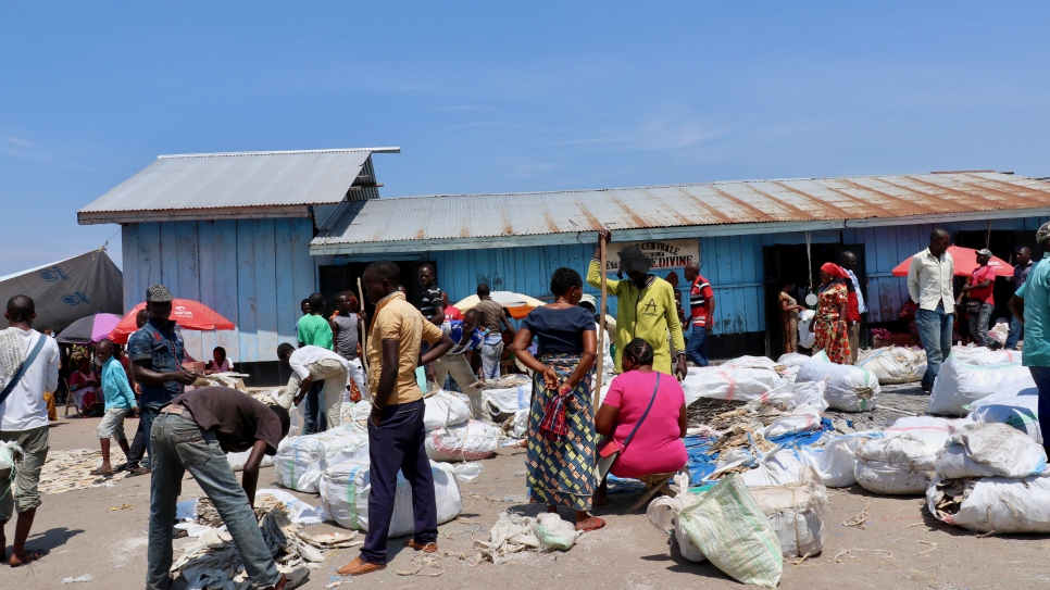 Recent returnees are bringing the fish market in Tchomia, Ituri province, back to life. Many of them had fled to Uganda earlier this year.