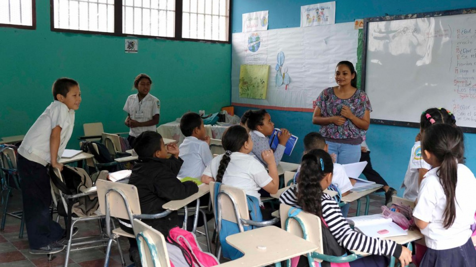 Yolani Ríos teaches fifth grade students at a UNHCR-supported education centre in a high-risk area of Tegucigalpa, Honduras.