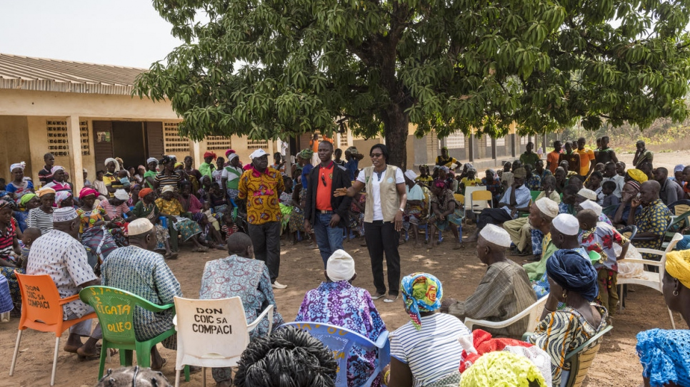 Rosine Zouassi addresses the public meeting in Olleo, Côte d'Ivoire, to persuade people without papers to seek registration.
