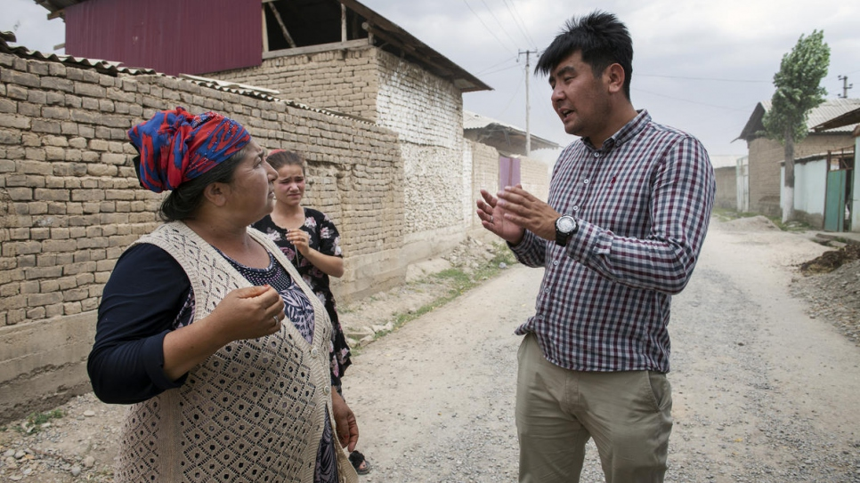 Azizbek Ashurov offers legal advice to a member of Kyrgyzstan's nomadic Lyuli community.