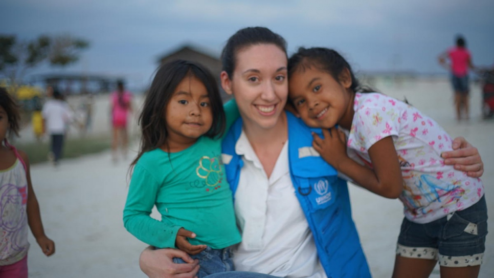 A UNHCR staffer with Pemon children in the indigenous community of Tarauparu.