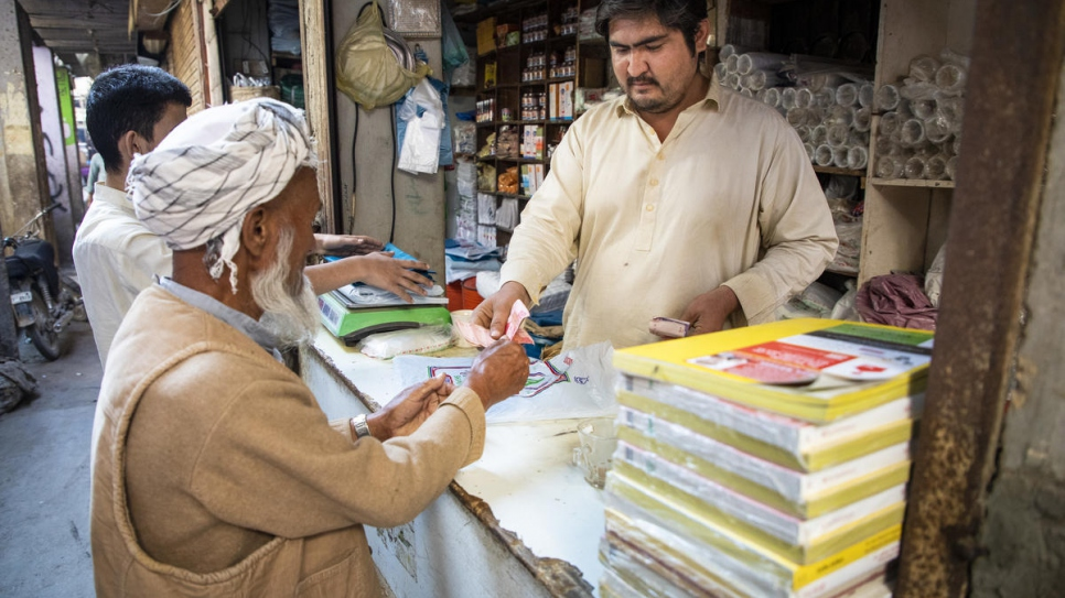 Pakistan. Afghan Refugees Open Bank Accounts