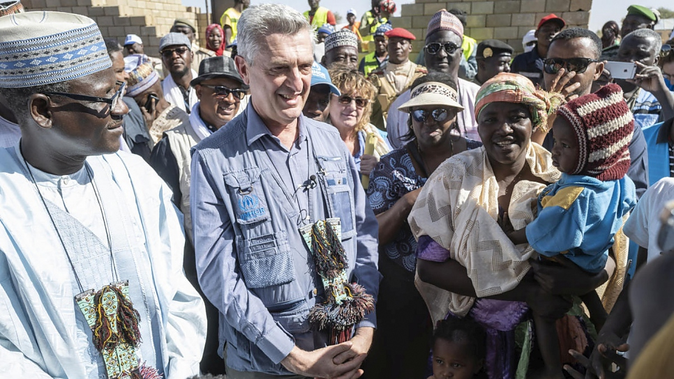 Filippo Grandi hands over the land title to the first refugee to receive a brick house in Ouallam, Kadi Oumar, who has been a refugee since 2012.