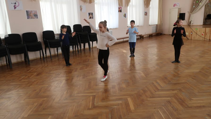 Children are learning traditional Crimean dances.