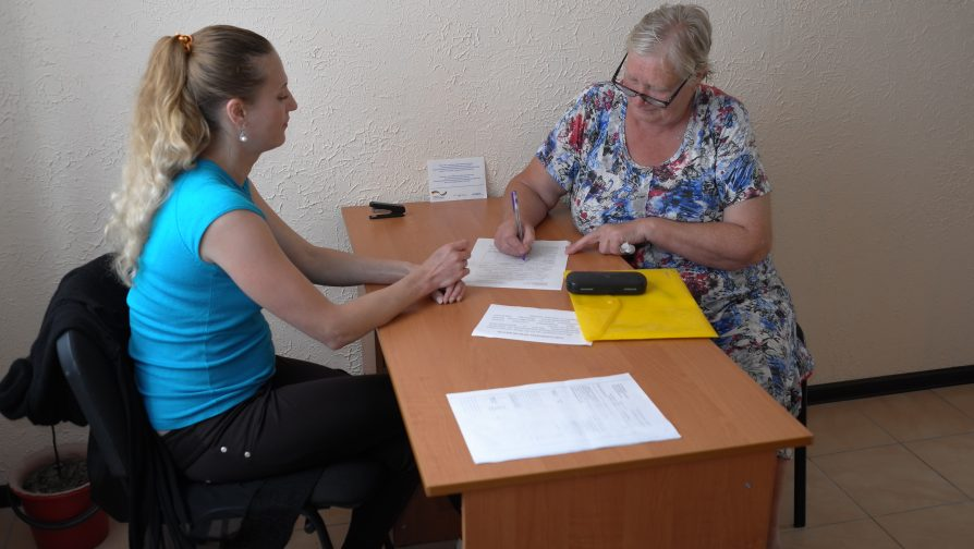 Valentyna receiving help from the Social Department in accessing civil documentation and pension at KvARTal.